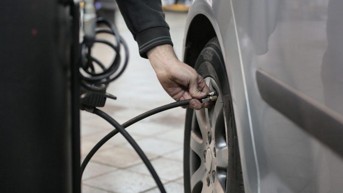 Revisar neumáticos coche parado
